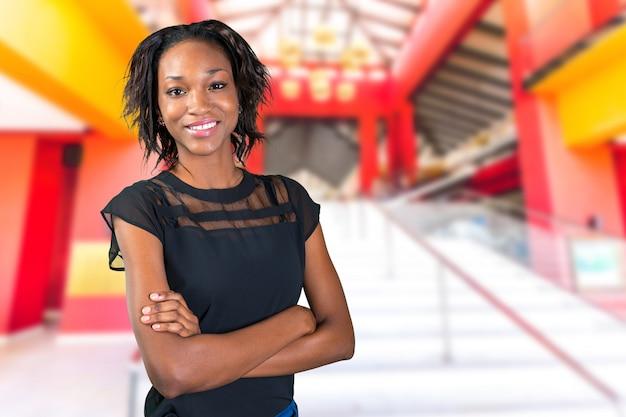 立っているかなり黒のアフリカの女性 Premium写真