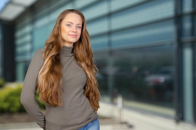 笑顔の美しい若い女性 Premium写真