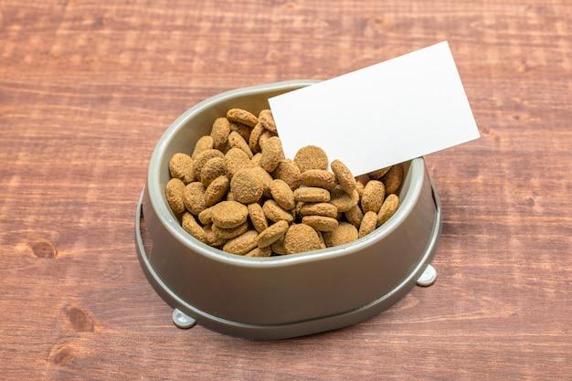 犬または猫用の乾燥食品。上面図 Premium写真