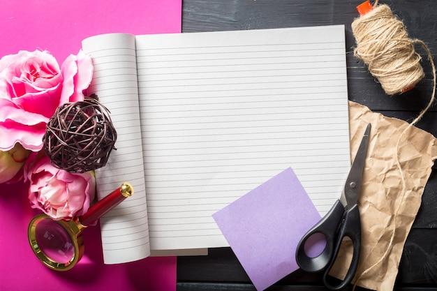 花とノートブックのトップビュー Premium写真