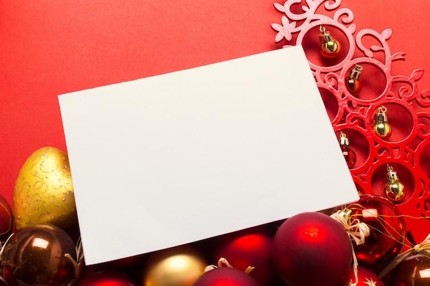 クリスマスの飾りとモックアップのグリーティングカード Premium写真