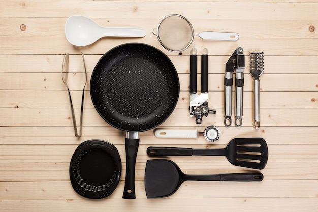 木製のテーブルの調理器具とアクセサリー。 Premium写真