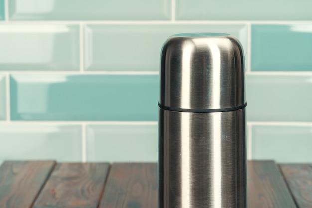 木製の床にアルミニウム金属魔法瓶 Premium写真