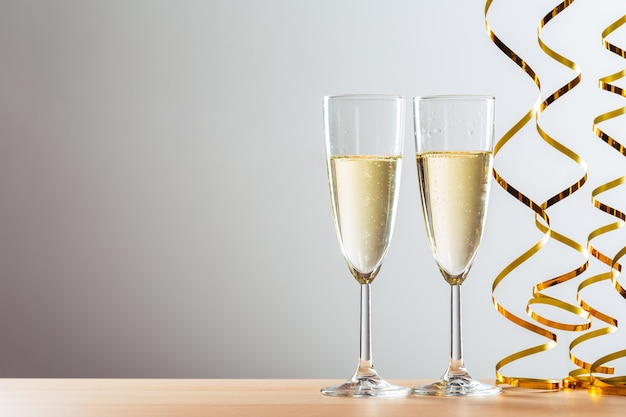 Празднование нового года с бокалами для шампанского Premium Фотографии