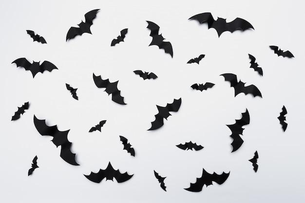 Хэллоуин украшение с летающими бумажными летучими мышами Premium Фотографии