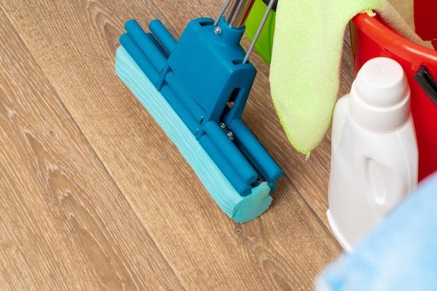 木の床のハウスクリーニングのためのクリーニングツール Premium写真