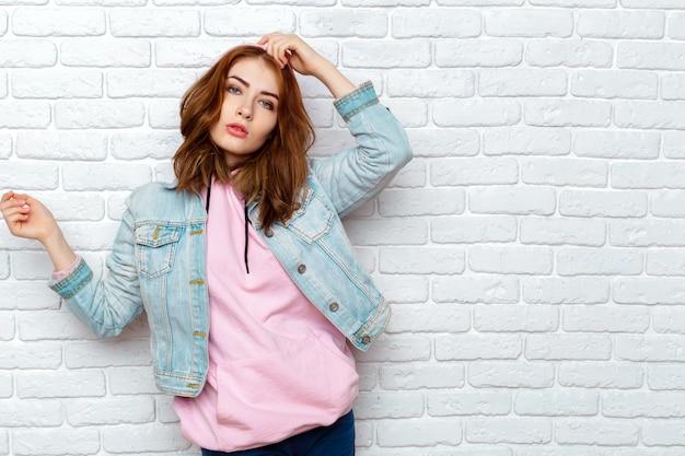 Портрет молодой привлекательной леди Premium Фотографии