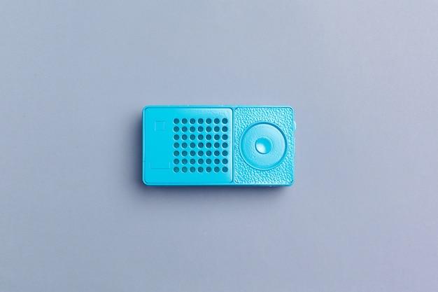 Радиоприемник на цветном фоне Premium Фотографии
