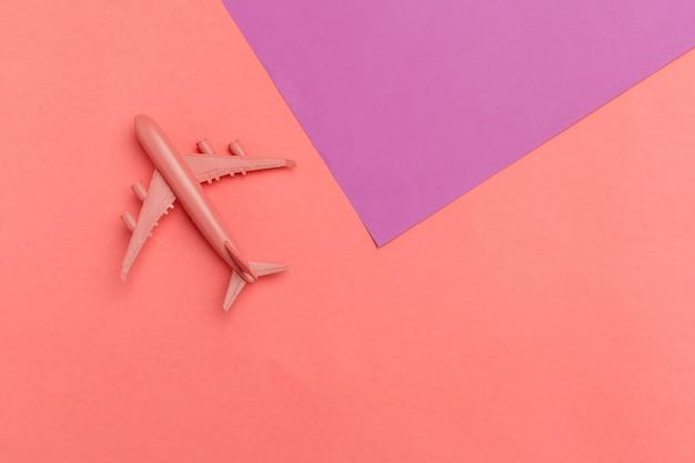 モデル飛行機、パステルカラーの背景の飛行機。 Premium写真
