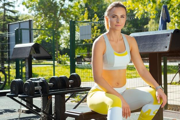 Женщина работает в тренажерном зале на открытом воздухе Premium Фотографии