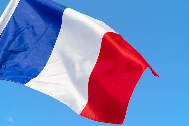 空の風になびかせてフランスの旗 Premium写真