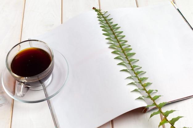 モックアップマガジンまたは木製のテーブルのカタログ。 Premium写真