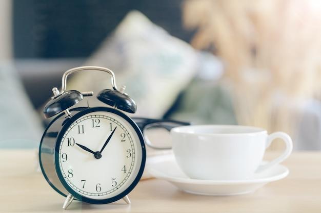 朝の太陽。美しい背景に目覚まし時計 Premium写真