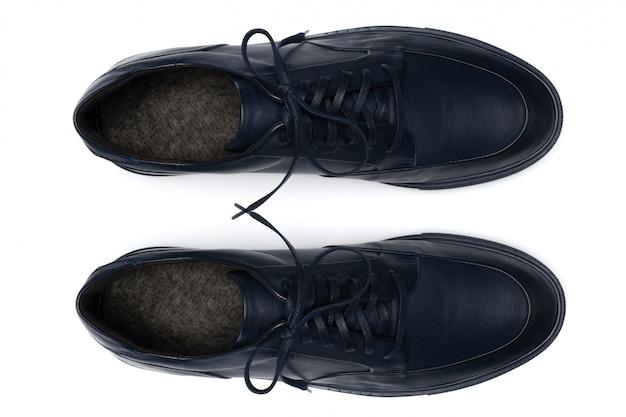Классические мужские кожаные туфли, изолированные на белом, вид сверху. Premium Фотографии