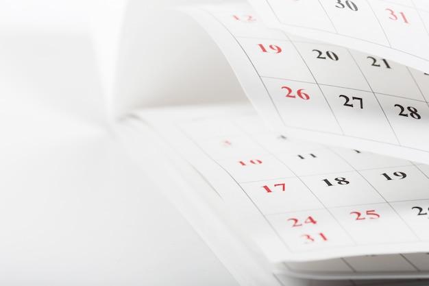 Страницы календаря закрывают концепцию рабочего времени Premium Фотографии