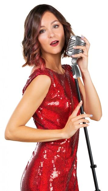 歌を歌っている美しい女性歌手 Premium写真