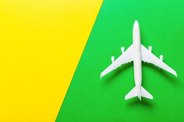 ミニチュア飛行機旅行のテーマ Premium写真