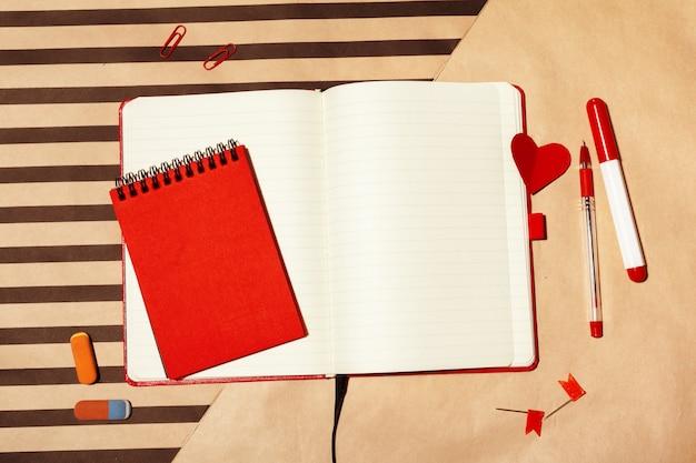 テーブル上のノートブックのオープンページ Premium写真