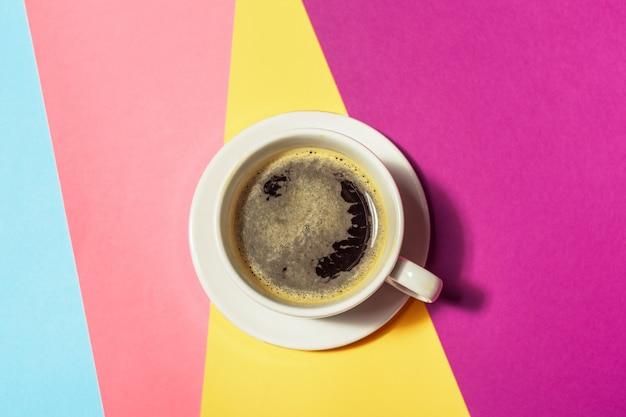 カラフルな背景でコーヒーカップ Premium写真