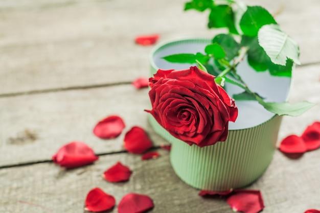 バラと木の板、バレンタインデーの背景に心 Premium写真