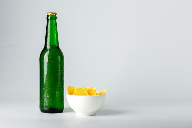 ビールとスナックのボトル Premium写真