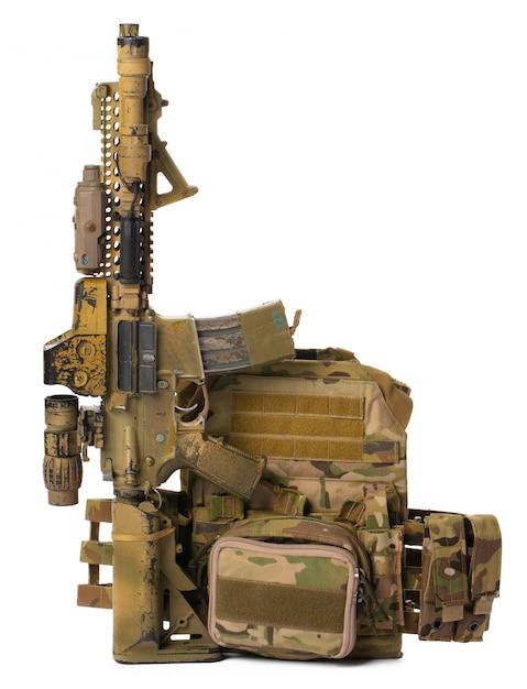Военная игрушка страйкбольная винтовка на белом фоне Premium Фотографии