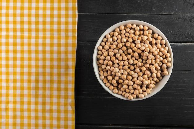 木製のテーブルに大豆 Premium写真