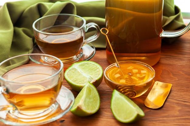 Горячий освежающий цитрусовый чай в стакане крупным планом Premium Фотографии