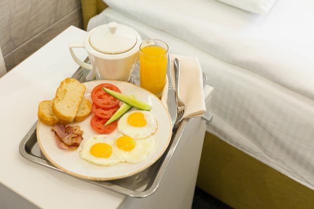 ホテルの部屋のベッドでの朝食 Premium写真