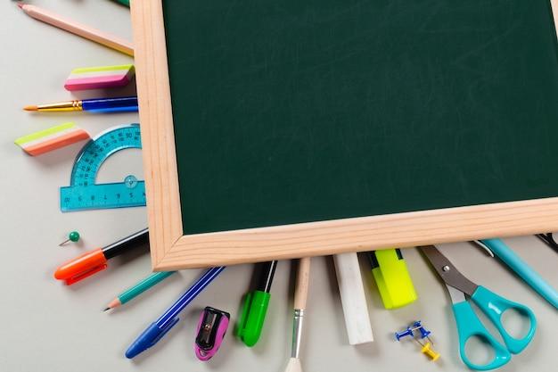 学校および事務用品。上面図。 Premium写真