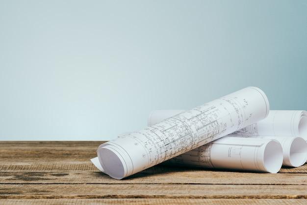 Архитектурные планы на столе крупным планом Premium Фотографии