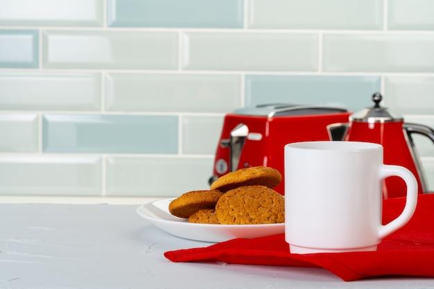 Различная кухонная посуда на кухонном прилавке Premium Фотографии