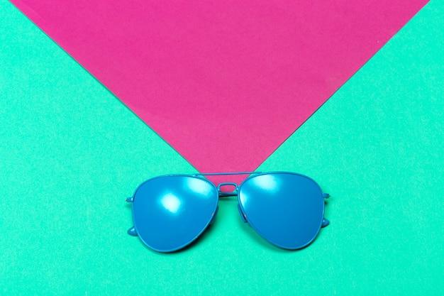 Модные солнцезащитные очки на минимально разноцветных Premium Фотографии