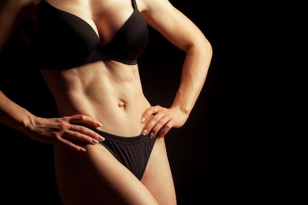 Молодая красивая девушка голая, изолированных на черном Premium Фотографии