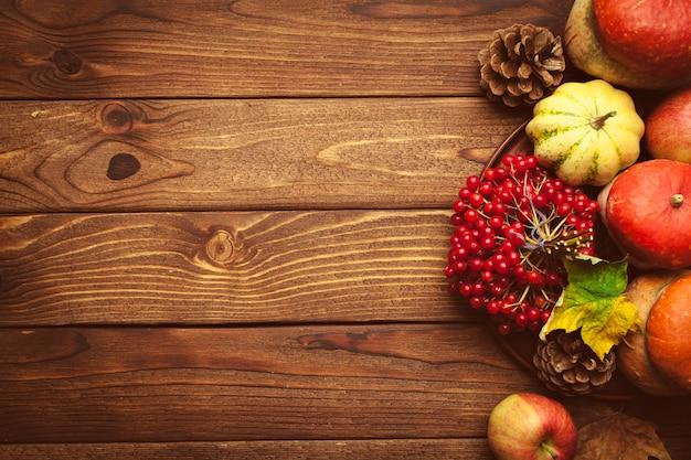 木製のテーブルにフルーツと秋の背景 Premium写真