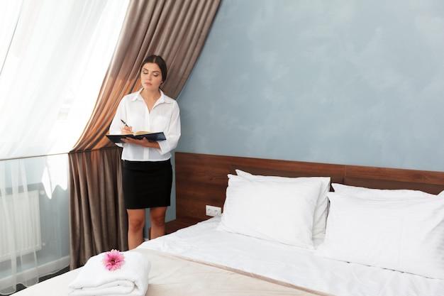 Администратор отеля пишет в буфер обмена Premium Фотографии