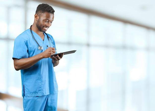 ぼやけているに対して聴診器でアフリカ系アメリカ人の医者 Premium写真