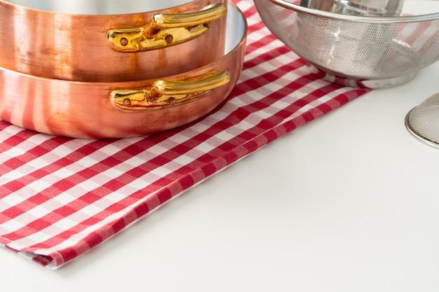 現代の家庭の台所のテーブルの上に台所用品 Premium写真