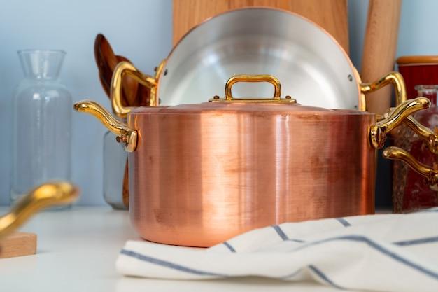 清潔な調理器具、モダンなキッチンのテーブルの上の道具 Premium写真