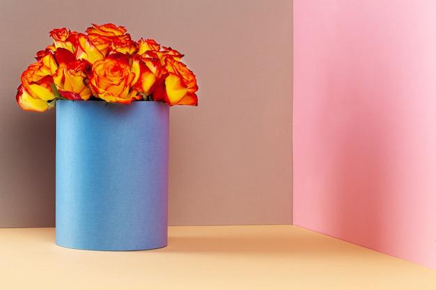 Шляпная коробка с красивым букетом роз Premium Фотографии