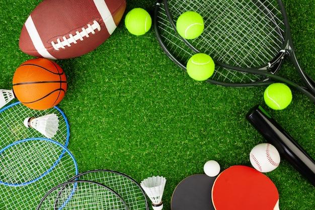フィットネスやゲーム用のさまざまなスポーツ用品の構成 Premium写真
