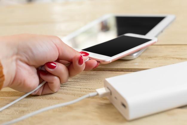 パワーバンクでスマートフォンを充電 Premium写真