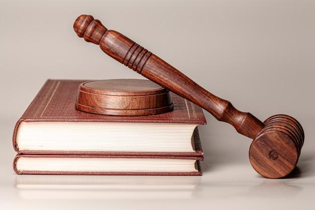 Судья молоток и юридическая книга крупным планом на столе Premium Фотографии