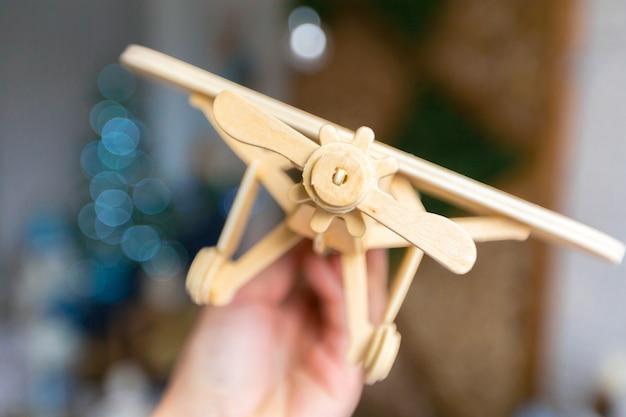 Игрушечный самолетик в руке Premium Фотографии