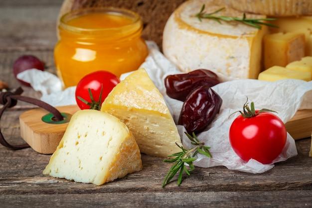 木製のテーブルの上のチーズ Premium写真