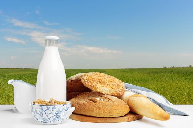 テーブルの上のパンと牛乳 Premium写真
