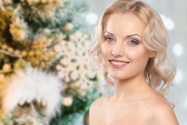 背景をぼかした写真の肖像画間近で美しい女性 Premium写真