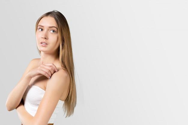 ドレスを着た美しい女性 Premium写真