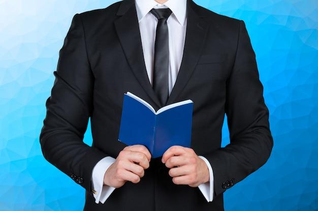 Мужчина держит книгу с расписанием Premium Фотографии