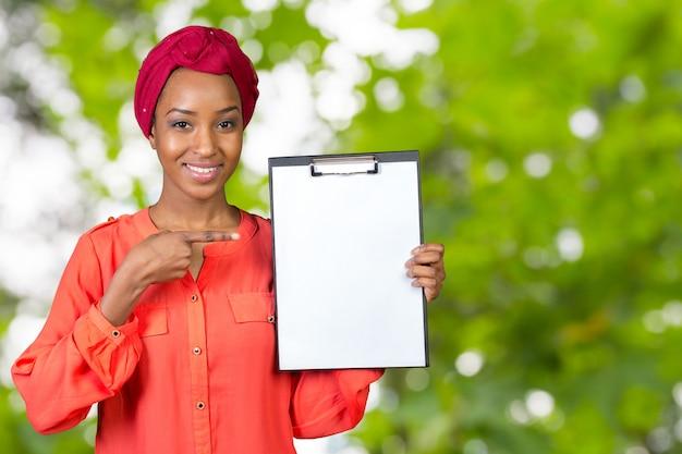 Портрет привлекательная молодая деловая женщина с буфером обмена Premium Фотографии